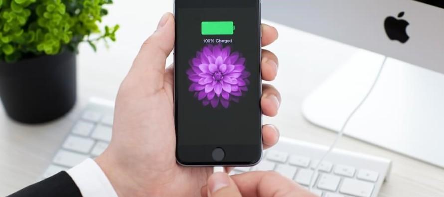 Afinal, tem problema deixar o smartphone conectado na tomada a noite toda?