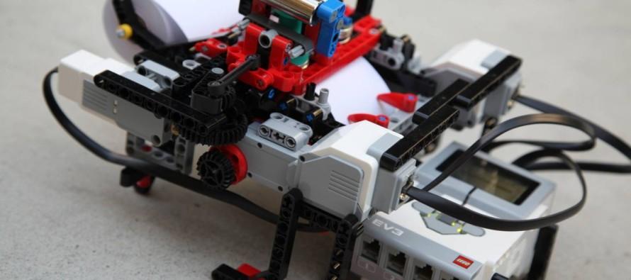 Aos 13 anos, menino belga cria impressora de textos em braile a partir de protótipo feito de Lego